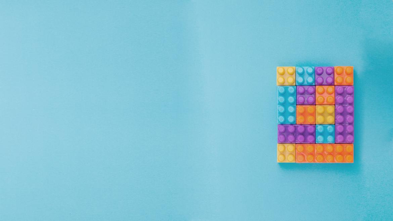 Machine Learning (em português, aprendizado da máquina) é, basicamente, o computador conseguindo identificar padrões e prever algo de maneira certeira. Mas não estamos falando de previsões astrológicas, viu? Em meio a milhões de dados, o ML (abreviação para Machine Learning) cruza as informações para tirar conclusões ou aprender algo novo.